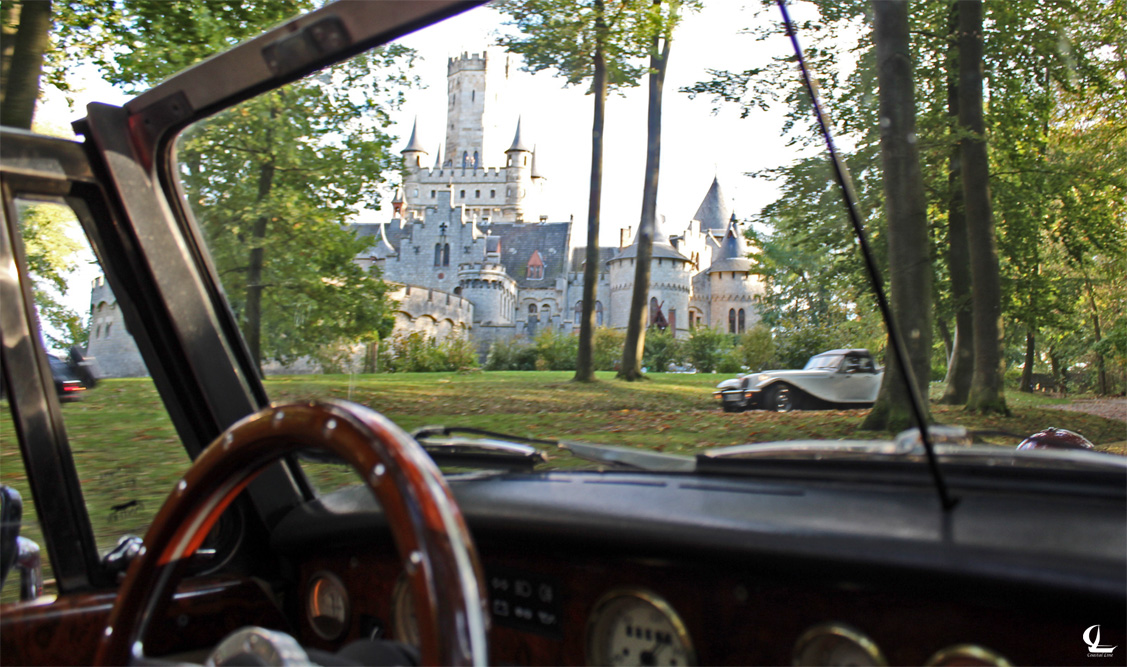 Panther Car in front Schloss Marienburg